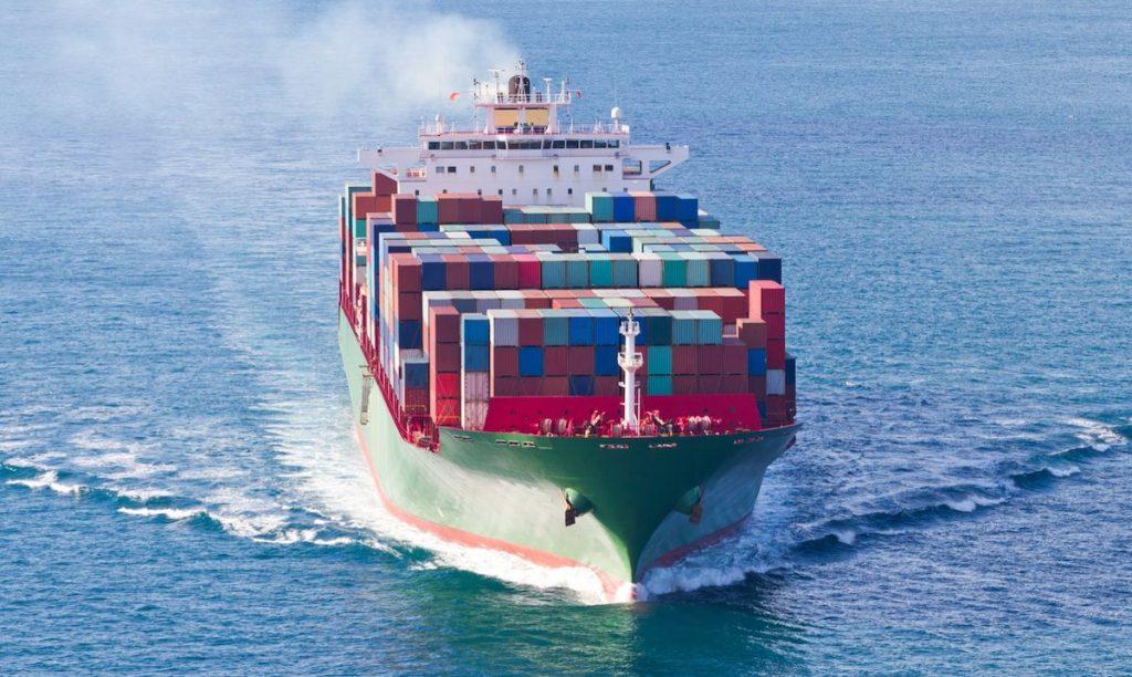 Containerschip met zonnepanelen