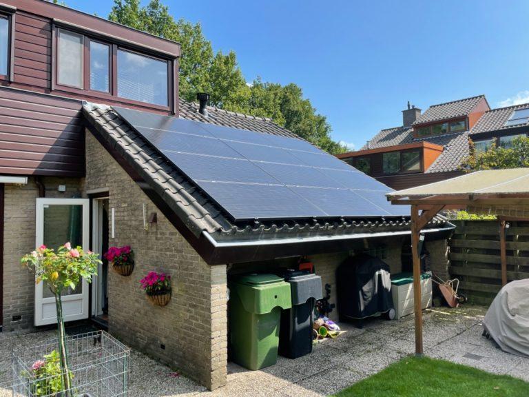 Installatie zonnepanelen op schuur